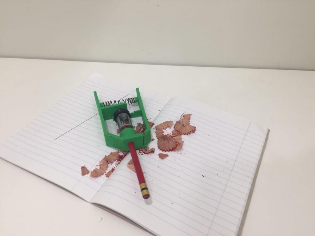 חידוד עפרונות - מכשיר אשר מופעל על ידי לחיצה שמסובבת את המחדד, כך שאפשר לחדד ביד אחת.