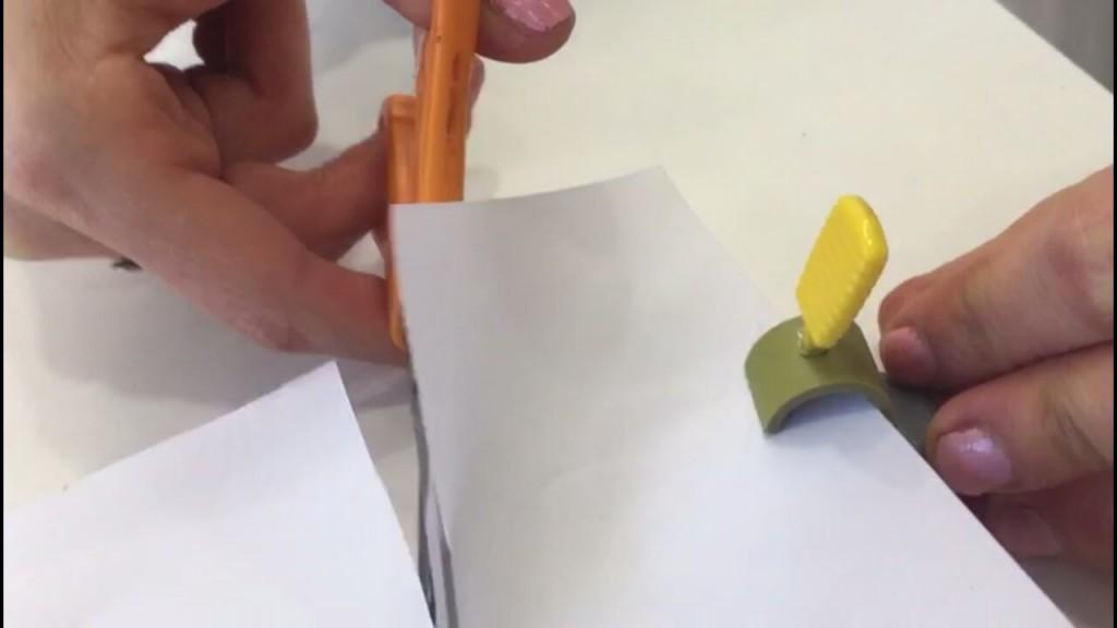 גזירה - מאחז לדף - קליפס בצורת טבעת המתלבש על האצבע ומייצב את הדף בזמן הגזירה