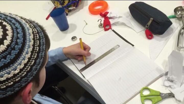 שימוש סרגל - הכנסה של מגנט מתחת לדף ושימוש בסרגל מתכת, מעט מכופף בקצה והסרגל לא זז