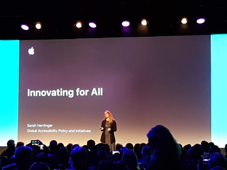 Sarah Herrlinger מנהלת תחום נגישות באפל מדברת על אפשרויות הנגישות במכשירי אפל