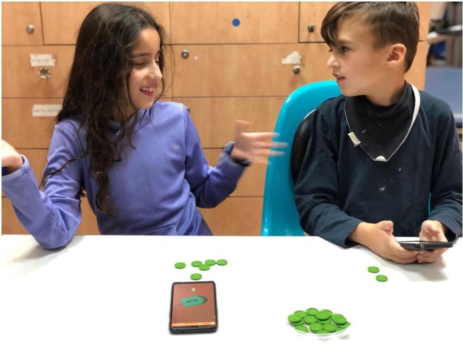 ילדי בית הספר שלנו משחקים את משחק הסביבונים הקלאסי, עם אפליקציית הסביבון DreidelIt.
