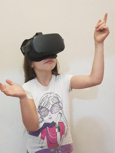ילדה עם משקפי מציאות מדומה
